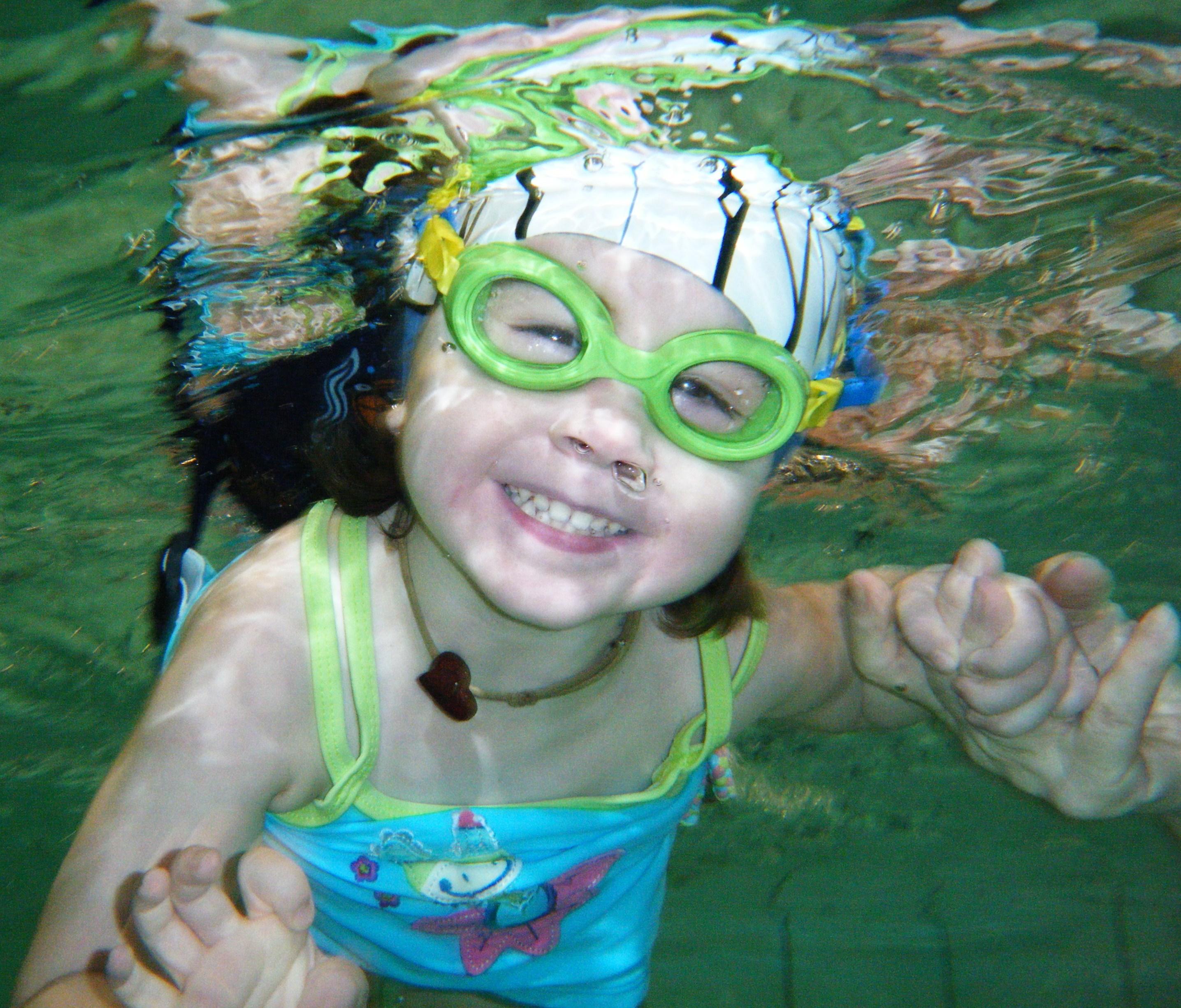 fillette sous eau CARE
